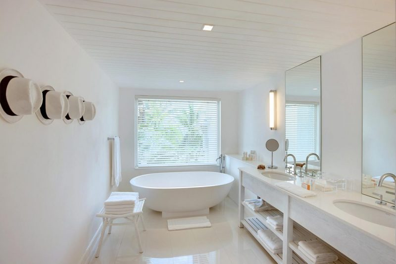Admire Kelly Hoppen's Projects With Exquisite Mirrors kelly hoppen Admire Kelly Hoppen's Projects With Exquisite Mirrors lbm senior suite 03 bathroom version1 e1552921511688