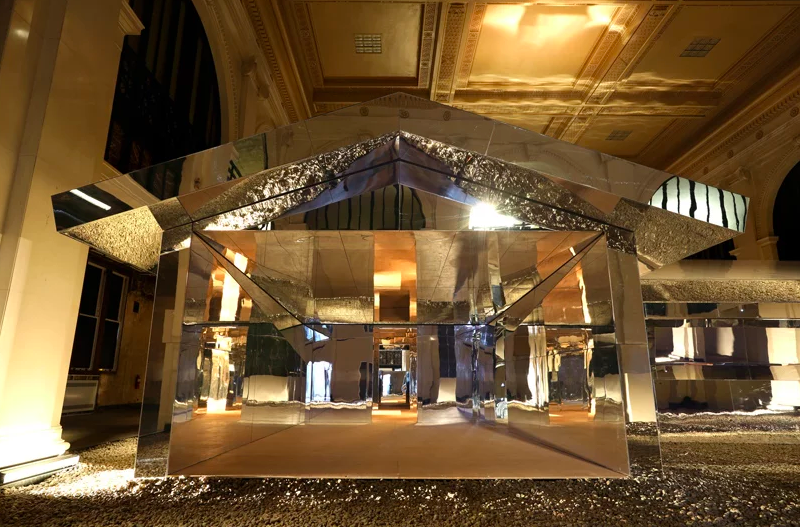 Doug Aitken Creates A Mirrored House In An Old Bank In Detroit doug aitken Doug Aitken Creates A Mirrored House In An Old Bank In Detroit Captura de ecra   2019 05 03 a  s 16